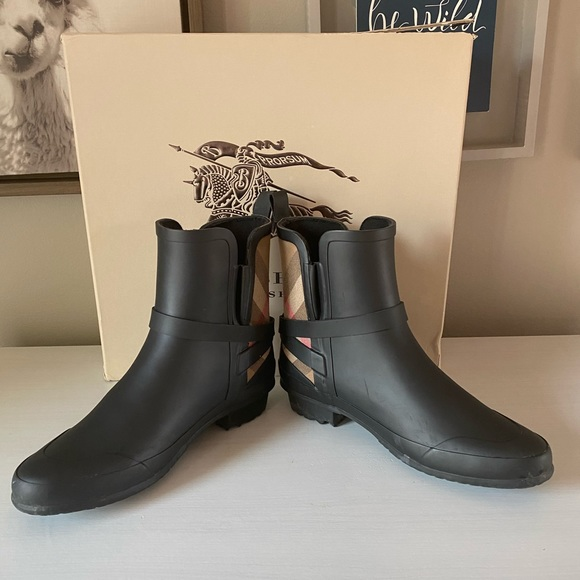 Burberry rain boots- used once